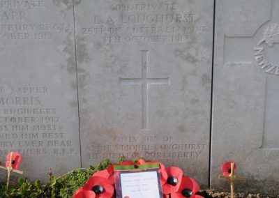 The headstone of 6098 Private Lionel Longhurst at Longuenesse (St. Omer) Souvenir Cemetery.